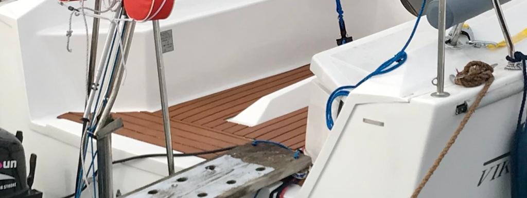 Verlegtes EVA- Bootsdeck auf einer Segeljolle.